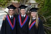 Hrdí absolventi střední soukromé kanadské školy St. Michael's University School ve Victorii, Britská Kolumbie, Kanada