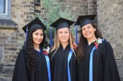 Šťastné absolventky střední soukromé školy Trafalgar Castle School, Whitby, Ontario, Kanada