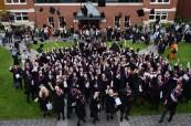 Studenti, kteří úspěšně absolvovali studium na střední soukromé kanadské škole St. Michael's University School ve Victorii, Britská Kolumbie, Kanada