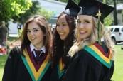 Studentky střední školy Queen Margaret's School během závěrečné ceremonie, Britská Kolumbie, Kanada