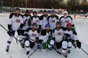 Dívčí hokejový tým střední soukromé školy The Bishop Strachan School v Torontu, Ontario, Kanada