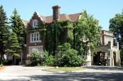 Historická budova v kampusu střední soukromé školy St.John's-Ravenscourt ve Winnipegu v Manitobě, Kanada
