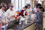 Studentky během výuky na střední soukromé škole The Bishop Strachan School, Toronto, Ontario, Kanada
