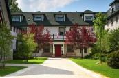 Kampus školy poskytuje studentům vše, co by mohli potřebovat, Lakefield College School v Ontariu, Kanada