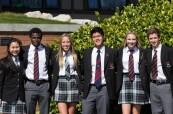Spokojení mezinárodní studenti na střední soukromé škole Brentwood College, Mill Bay, Kanada