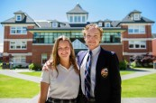 Studenti střední soukromé kanadské školy St. Michael's University School ve Victorii, Britská Kolumbie, Kanada