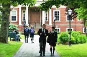 Studenti v kampusu střední soukromé školy Rothesay Netherwood School v Rothesay, Nový Brunšvik