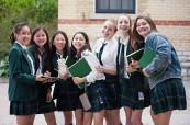 Škola Branksome Hall je dívčí školou, která nabízí jak denní studium, tak i internátní ubytování pro své studentky