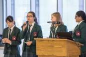 Studentky během debatního kroužku, Branksome Hall, Toronto, Ontario, Kanada