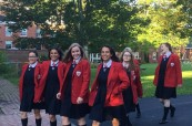 Studentky na cestě do školy, King's-Edgehill ve Windsoru, Nové Skotsko, Kanada