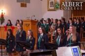 Studenti během vánočního večírku na střední soukromé škole Albert College v Belleville, Ontario, Kanada
