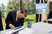Studenti hledají inspiraci k malbě v krásném okolí školy, Rosseau Lake College, Rosseau, Ontario, Kanada
